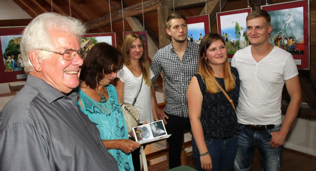 Ausstellung-Goldstaub-Autor mit Enkelkindern1200