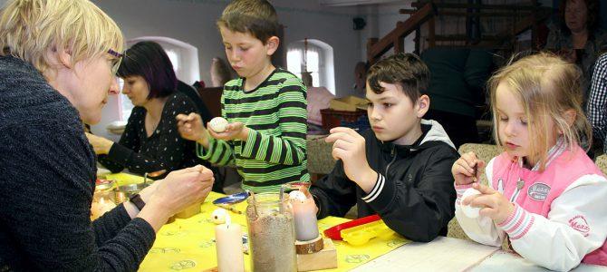 Kinder Verzieren Ostereier im Zeißighof